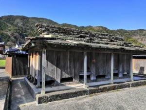 対馬椎根の石屋根