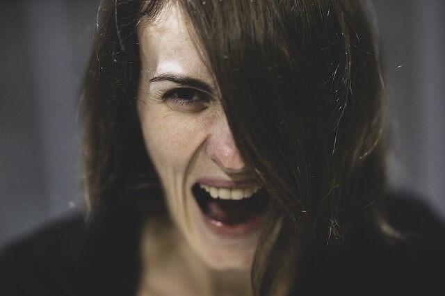 怒る人 ヒステリックな女性