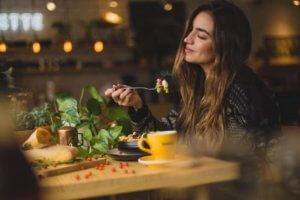 美味しそうに食事をする女性