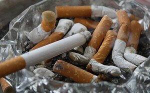 タバコの大量な吸い殻