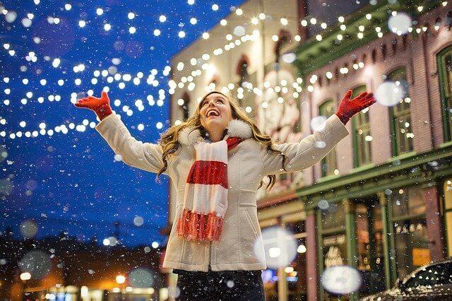クリスマス 喜ぶ女性