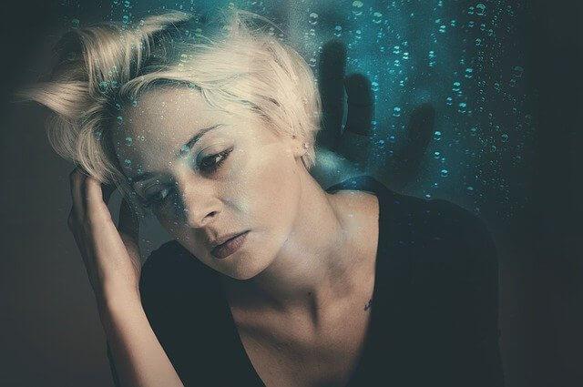 ストレスを感じる女性の画像