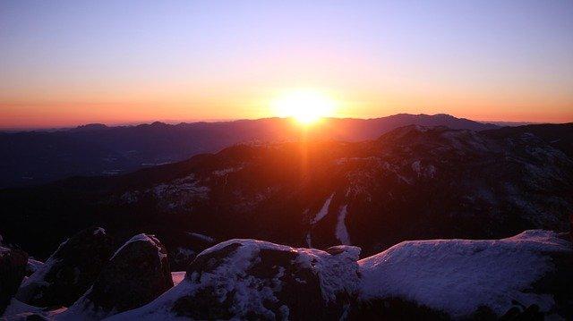 初日の出 雪山