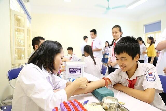 血液検査を受ける少年と看護師の女性