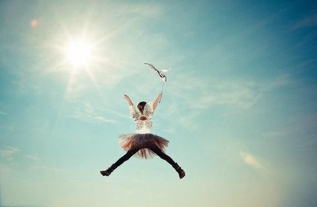 夢に向かってジャンプする少女