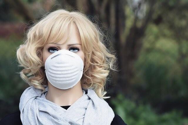 マスクをする人形
