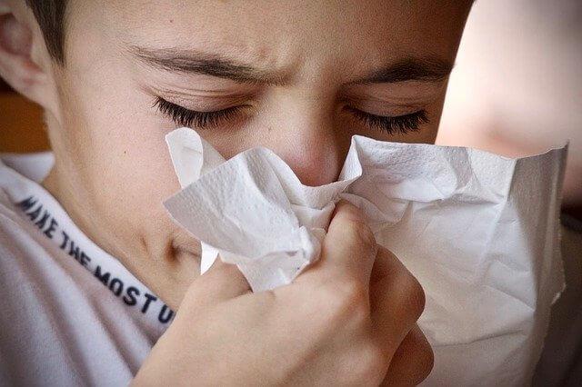 花粉症 鼻をかむ男の子