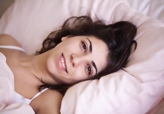 目覚めの良い女性の顔
