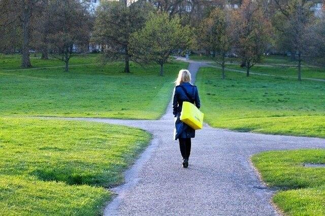 分かれ道を歩く女性
