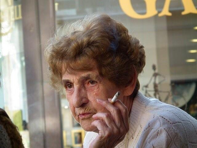 タバコを吸う老婆