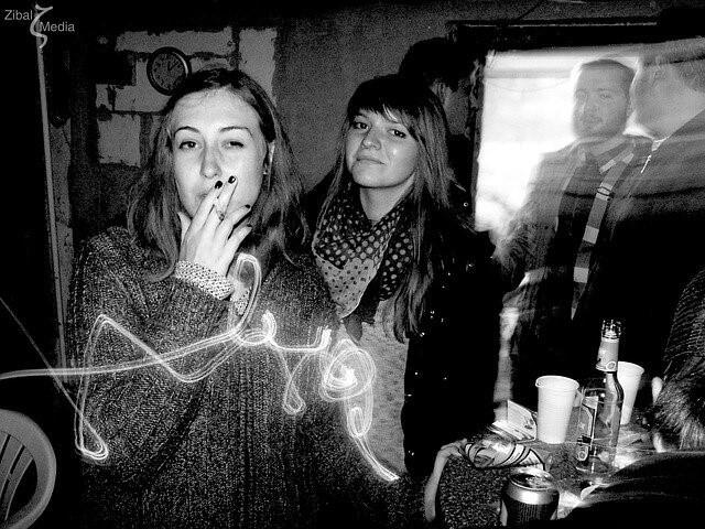 タバコを吸う女性たち