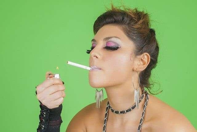 タバコに火をつける女性
